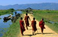 voyage Songes-aquatiques 11 Inle Young monks running_reccorr2.thumb.jpg