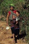 voyage myanmar Ba_Kengtung_Woman_with_baby_coming_down.thumb.jpg